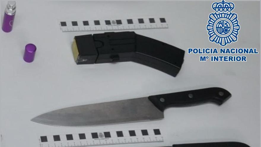 Dos hombres amenazan a su vecino con cuchillos y una pistola taser a plena luz del día en Tenerife