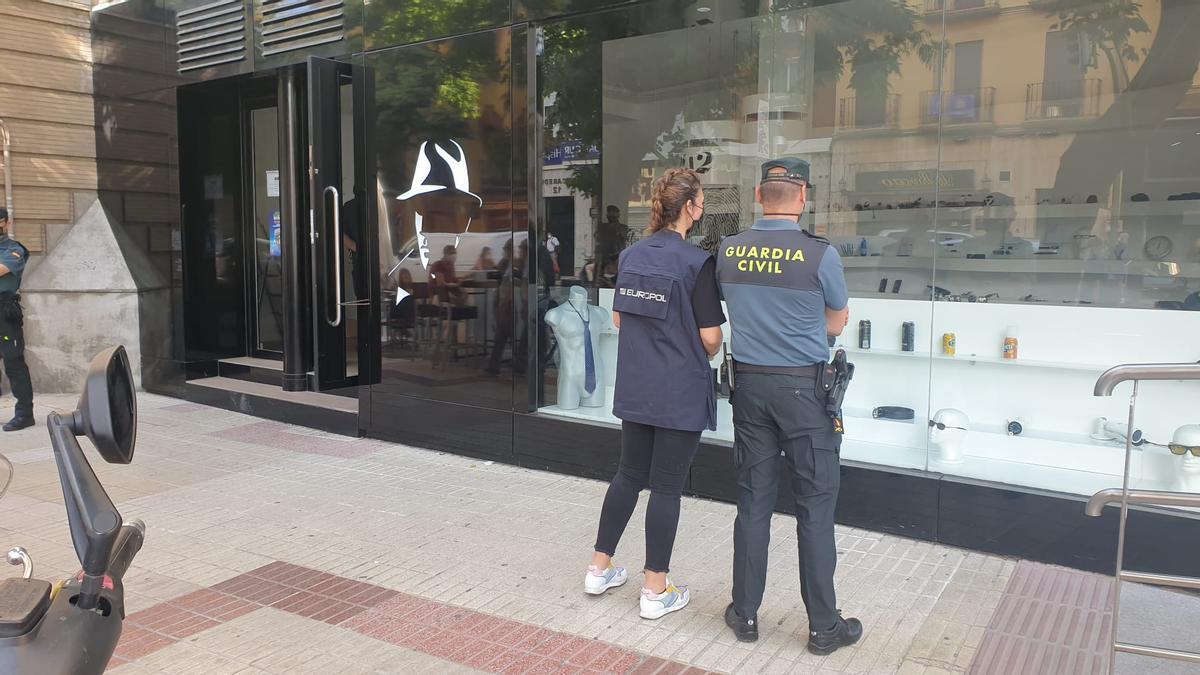 Registro este miércoles en una tienda de la calle Recaredo de Sevilla