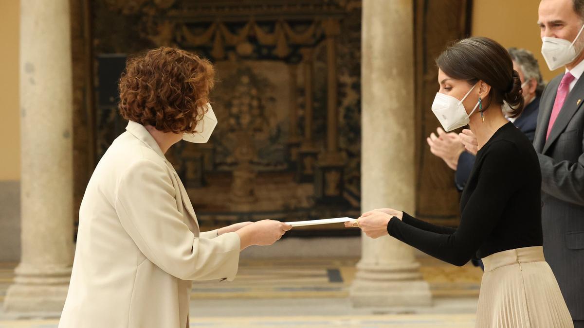 Sabrina Vega recibiendo el reconocimiento de manos de Doña Leticia.