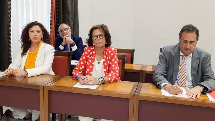Los tres candidatos propuestos a adjuntos del Diputado del Común, Beatriz Barrera Vera (i), María Milagros Fuentes (c) y Felipe Afonso El Jaber (d) durante la comisión de Gobernación, Justicia e Igualdad del Parlamento de Canarias