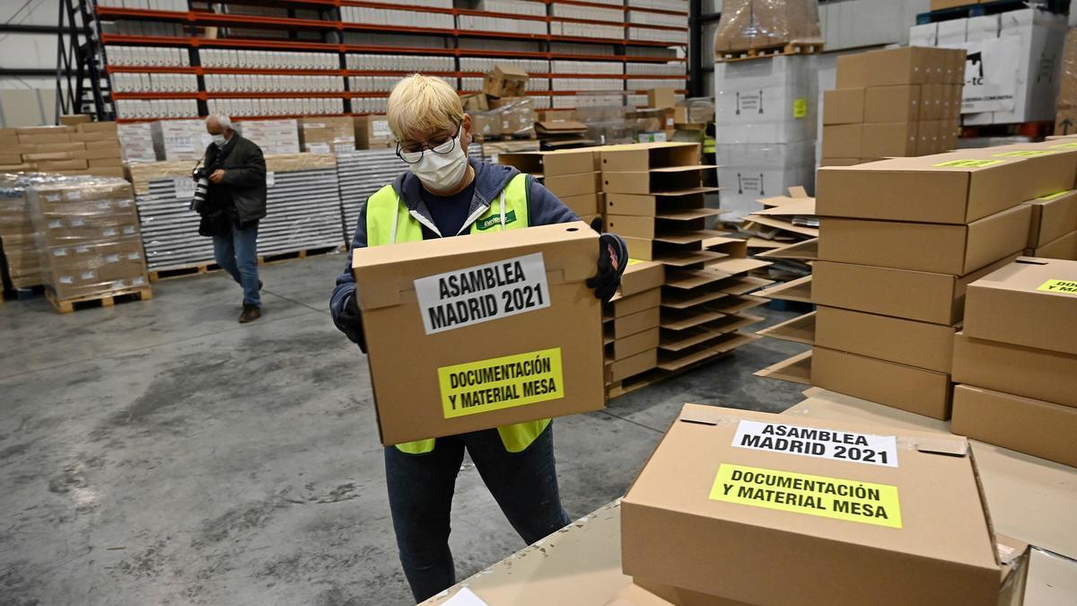 Una operaria trabaja en la organización del material logístico destinado a las elecciones autonómicas del 4 de mayo este martes en un almacén de Alcalá de Henares. EFE/Fernando Villar