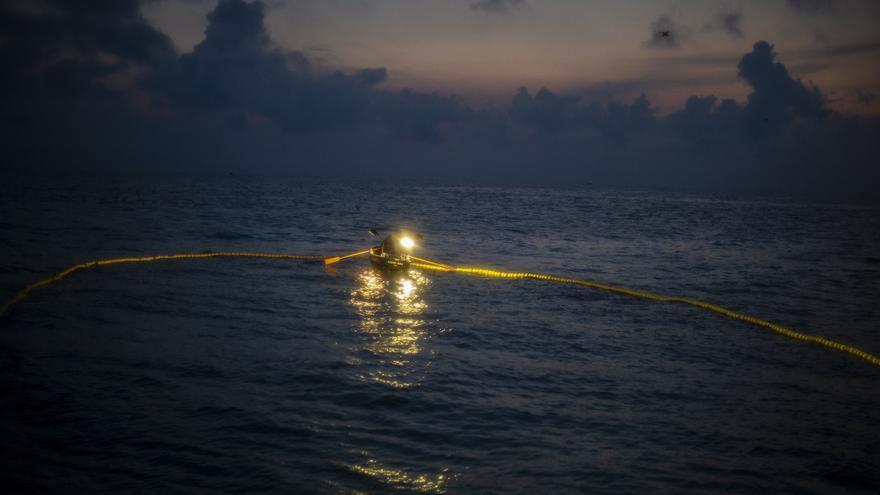 Archivo - La chalupa apoya a la pesca de la anchoa en el amanecer.