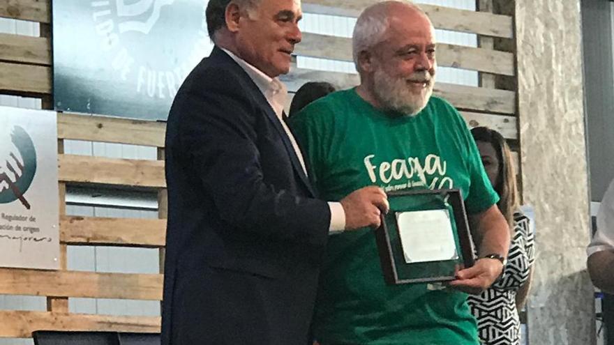 Juan Capote recibió una placa por su labor en Feaga.