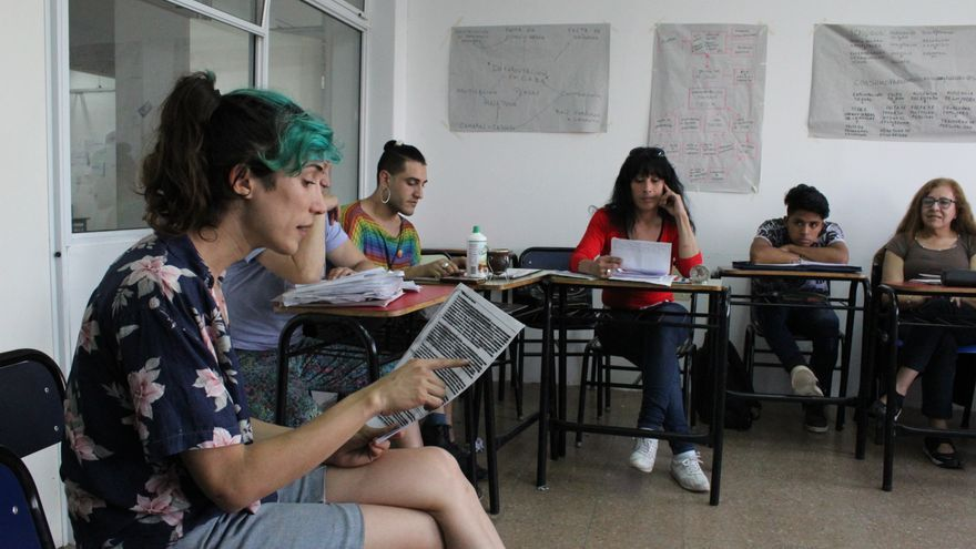 Quimey Ramos, durante una clase en la Secretaria Académica del Bachillerato Popular Trans Mocha Celis.