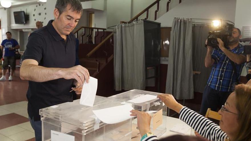 El presidente del Gobierno de Canarias, Fernando Clavijo, vota en su colegio electoral de La Laguna (Tenerife). EFE/Ramón de la Rocha