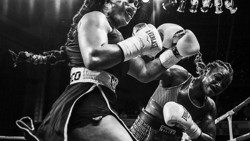 © Terrell Groggins. 'Shields Strikes Back', ganadora del tercer premio en la categoría 'Deportes'. La campeona olímpica Claressa Shields (derecha) se enfrenta contra Hanna Gabriels en un combate de boxeo en el Templo Masónico en Detroit, Michigan (EEUU)