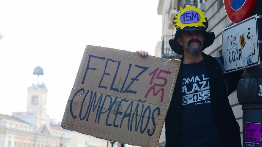 Cientos de personas se concentran en la Puerta del Sol de Madrid por el quinto aniversario del 15M