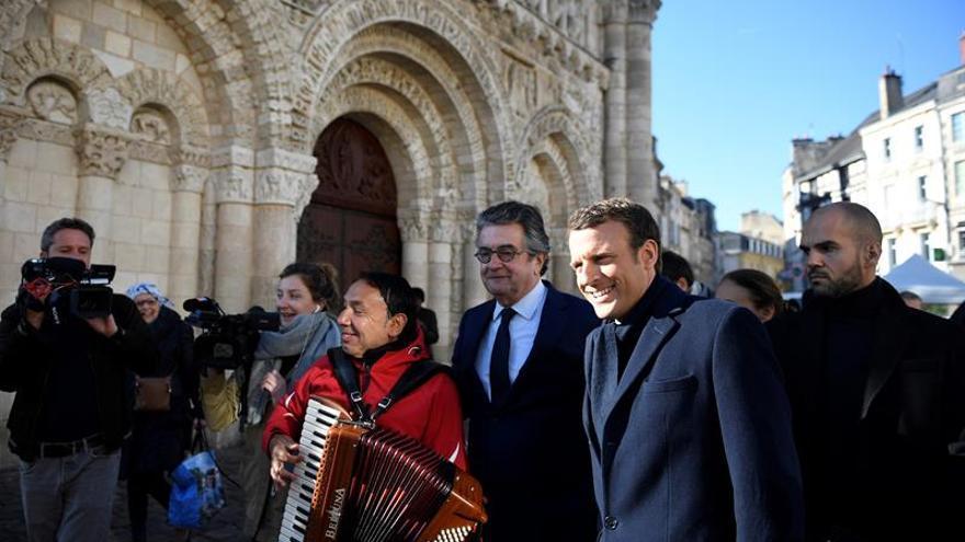 Macron busca contrarrestar a Le Pen con un homenaje a las víctimas del Holocausto