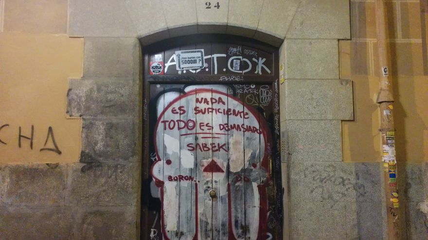Portal del bloque en el que vive Javier, al que Madrid intentó desahuciar por sorpresa / L.G.