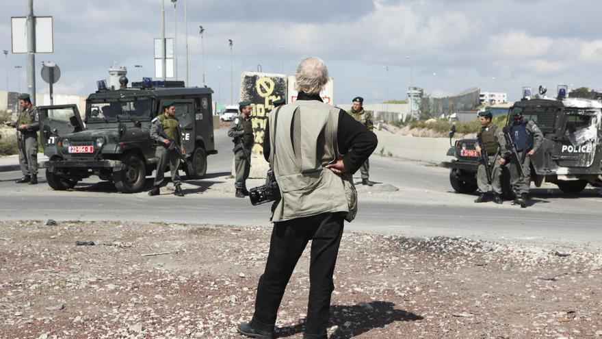 Josef Koudelka en el checkpoint de Kalandia, un pueblo palestino situado en Cisjordania, entre Jerusalén y Ramala