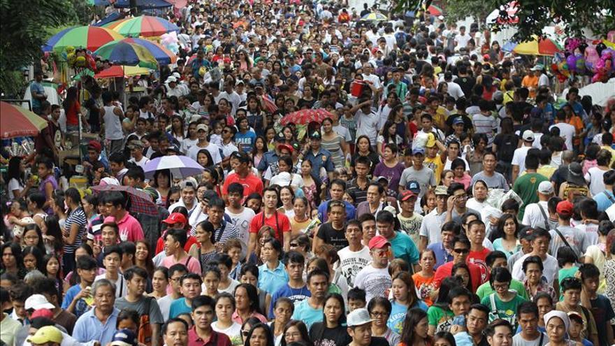 Se desata la locura en los cementerios filipinos el día de Todos los Santos