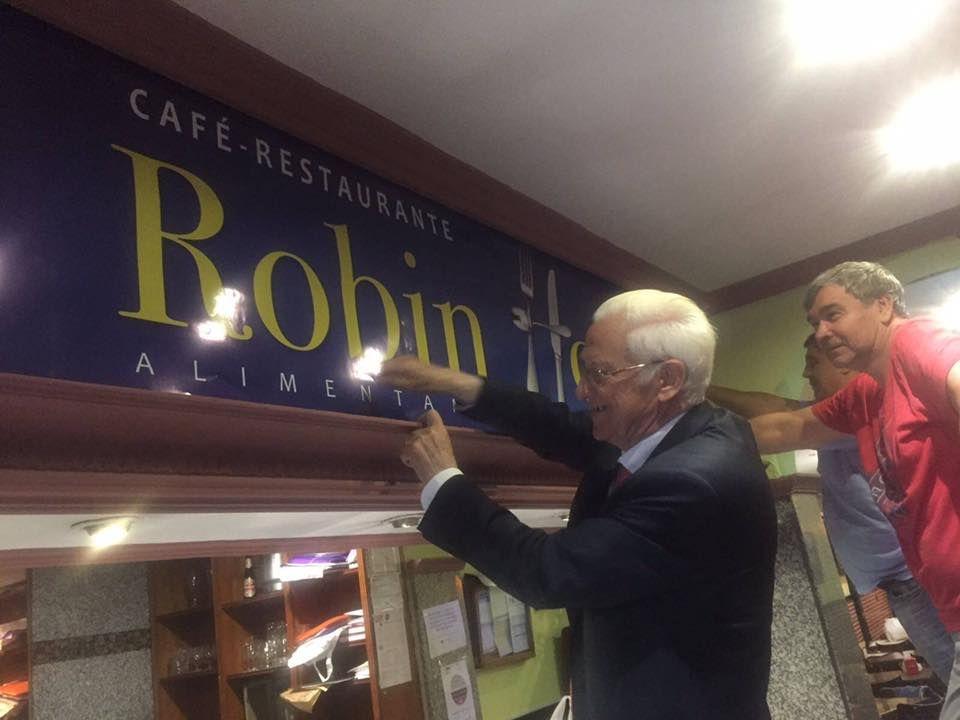 El Padre Ángel, colocando el cartel del primer Robin Hood | MENSAJEROS DE LA PAZ
