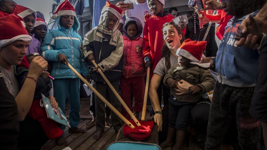 Los menores a bordo del Open Arms celebran el 'Tió de Nadal' este 24 de diciembre.