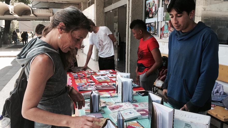 María Aguilera, directora de ¡A un dólar! ¡A un dólar!, en el mercado de libros de Resistencia Hábitat III.