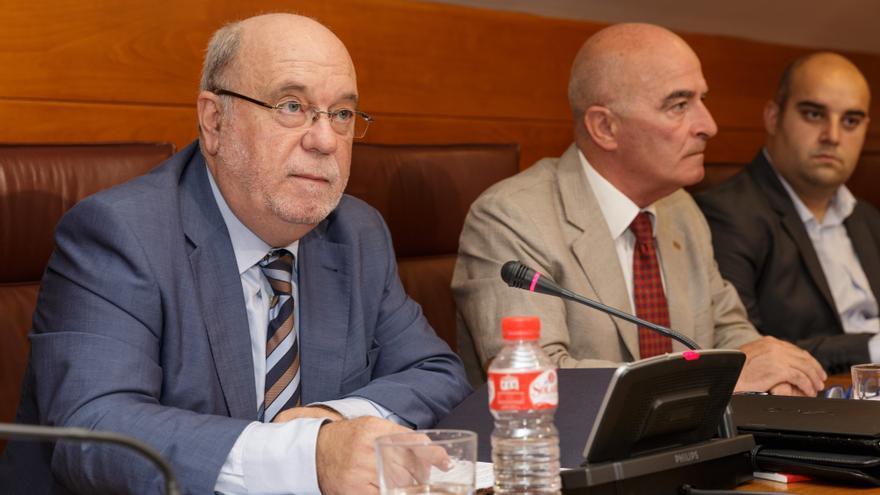 El consejero de Economía, Hacienda y Empleo, Juan José Sota, ha comparecido, a petición propia, en el Parlamento.   LUCIO MARTÍNEZ