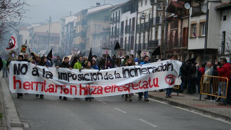 Manifestantes durante la concentración en contra de la incineración