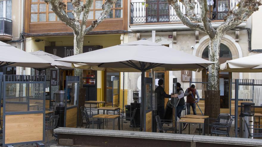 Archivo - Un camarero recoge su establecimiento a las 17. 00 horas el día de la entrada en vigor de nuevas restricciones impuestas por el gobierno de la Rioja, en Logroño, la Rioja, (España),
