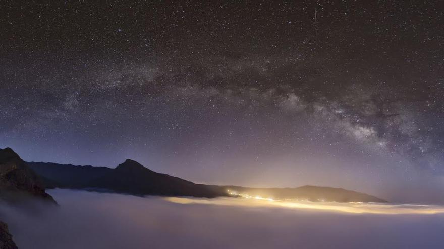 Foto ganadora en 'Paisaje astronómico desde La Palma'. Título: Por la vereda azul seguiré mi camino. Autora: Montserrat Alejandre.