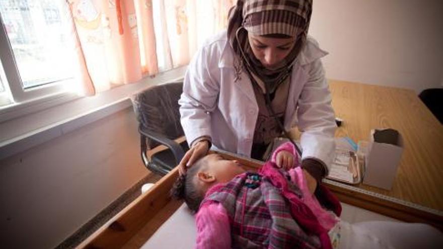 Una niña Palestina es atendida en una clínica de la UNRWA en Rafah, Gaza / UNRWA