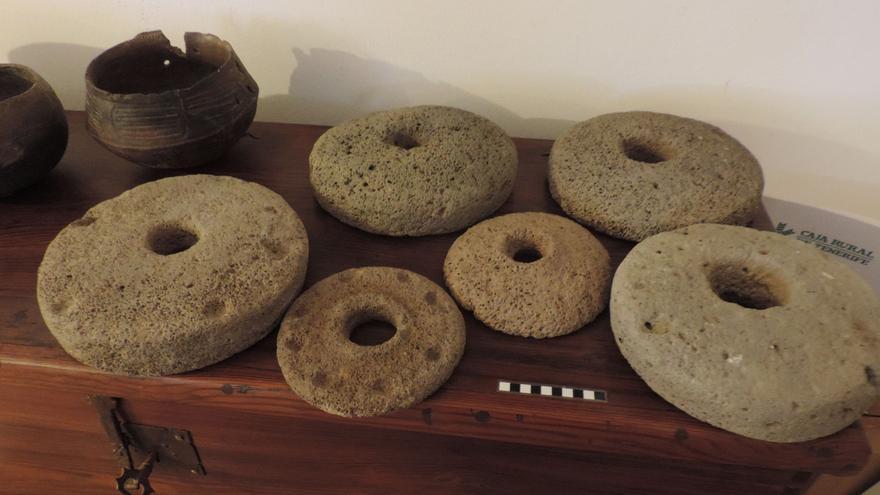 La colección de Antonio Hernández incluye varias piedras de molino.