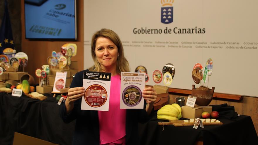 Alicia Vanoostende da a conocer los quesos ganadores.