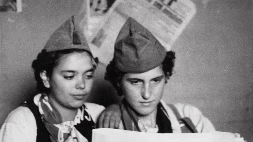 Dos milicianas leyendo el periódico anarquista 'Solidaridad Obrera'