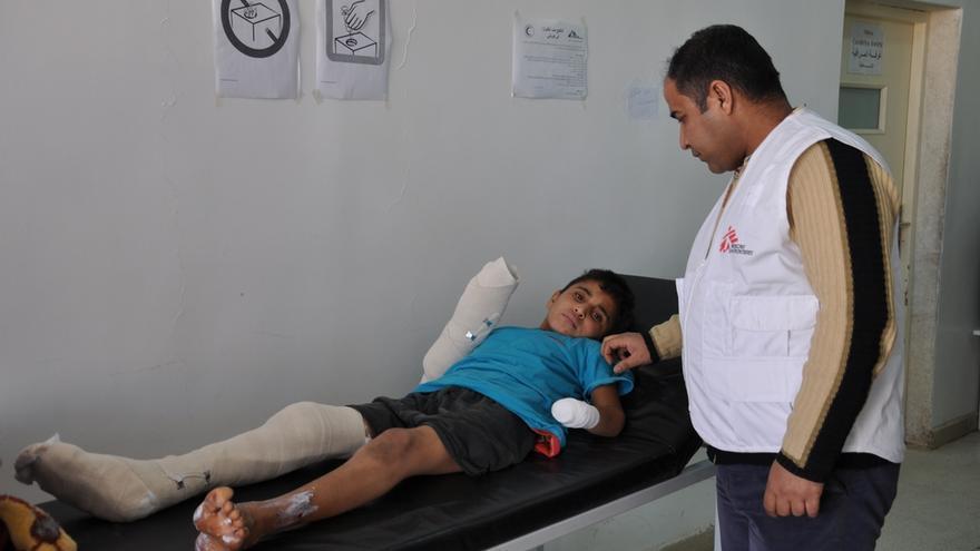 Un enfermero de MSF revisando a un paciente herido con una mina en el hospital de Kobane, 23 de enero de 2017.