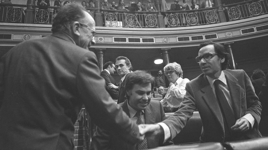 Alfonso Guerra alaba el sentido común y la responsabilidad de Carrillo en la Transición