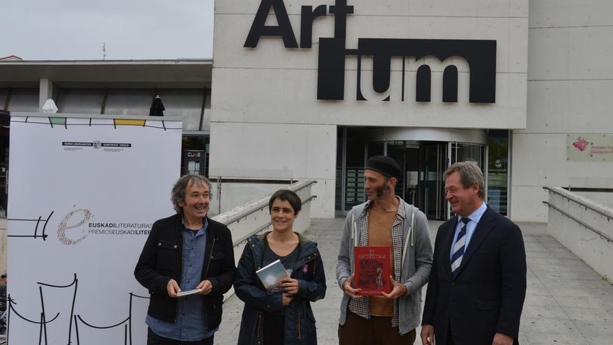 Irati Elorrieta, Patxi Zubizarreta y Asisko Urmeneta ganadores de los 'Premios Euskadi Literatura'