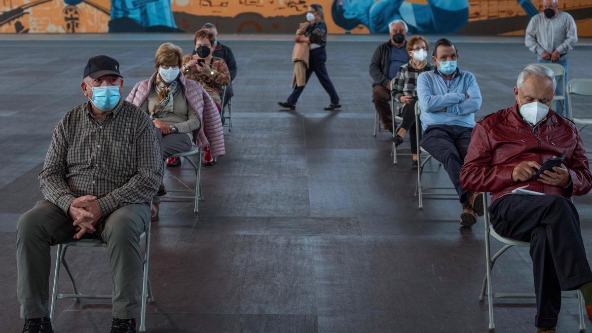 Varias personas esperan a ser vacunados contra la Covid-19 en Expourense.