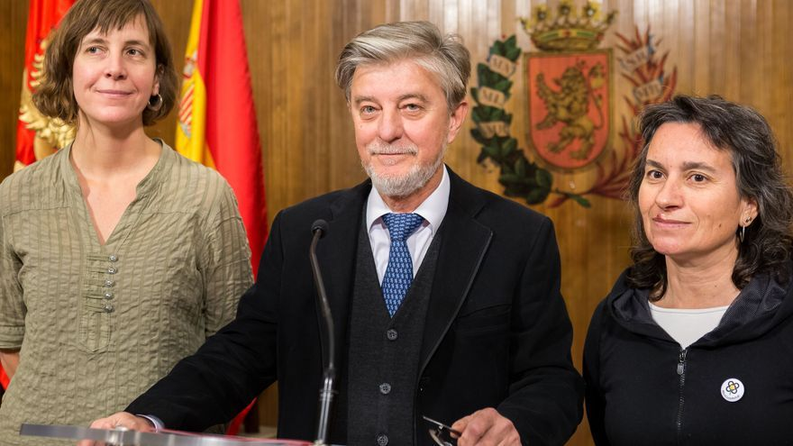 El alcalde de Zaragoza junto a la concejala de Medio Ambiente y Movilidad, Teresa Artigas (izqda); y la vicealcaldesa, Luisa Broto