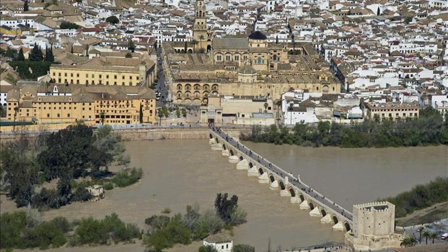 Vista de la Mezquita-Catedral con el Palacio Episcopal, sede del Obispado, a la izquierda de la imagen.