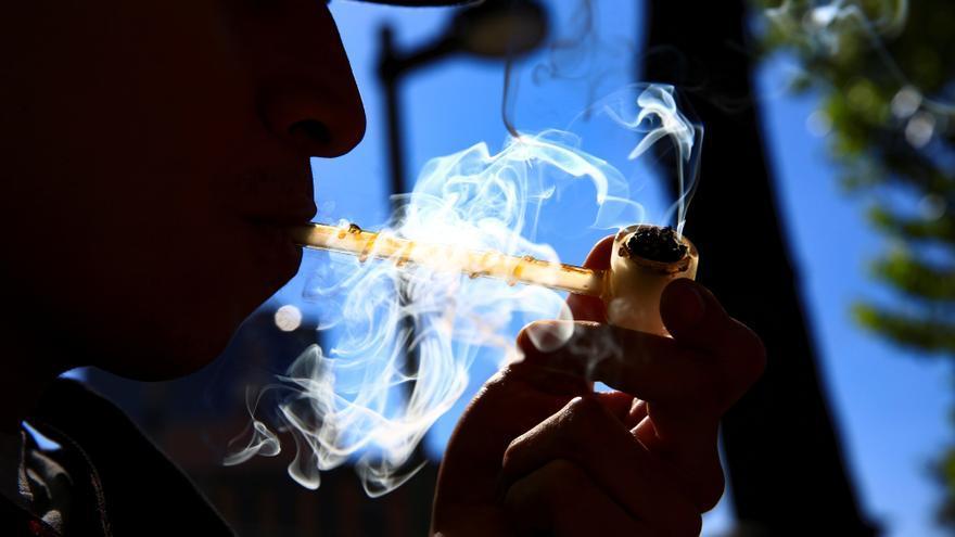 Más del 50 % de los que consumen marihuana y alcohol dice manejar agresivamente