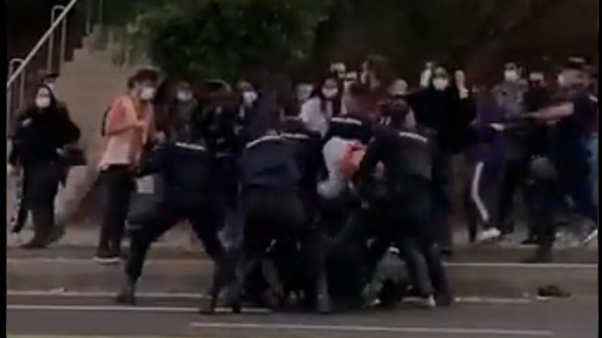Protestas y carga policial en La Laguna este martes.