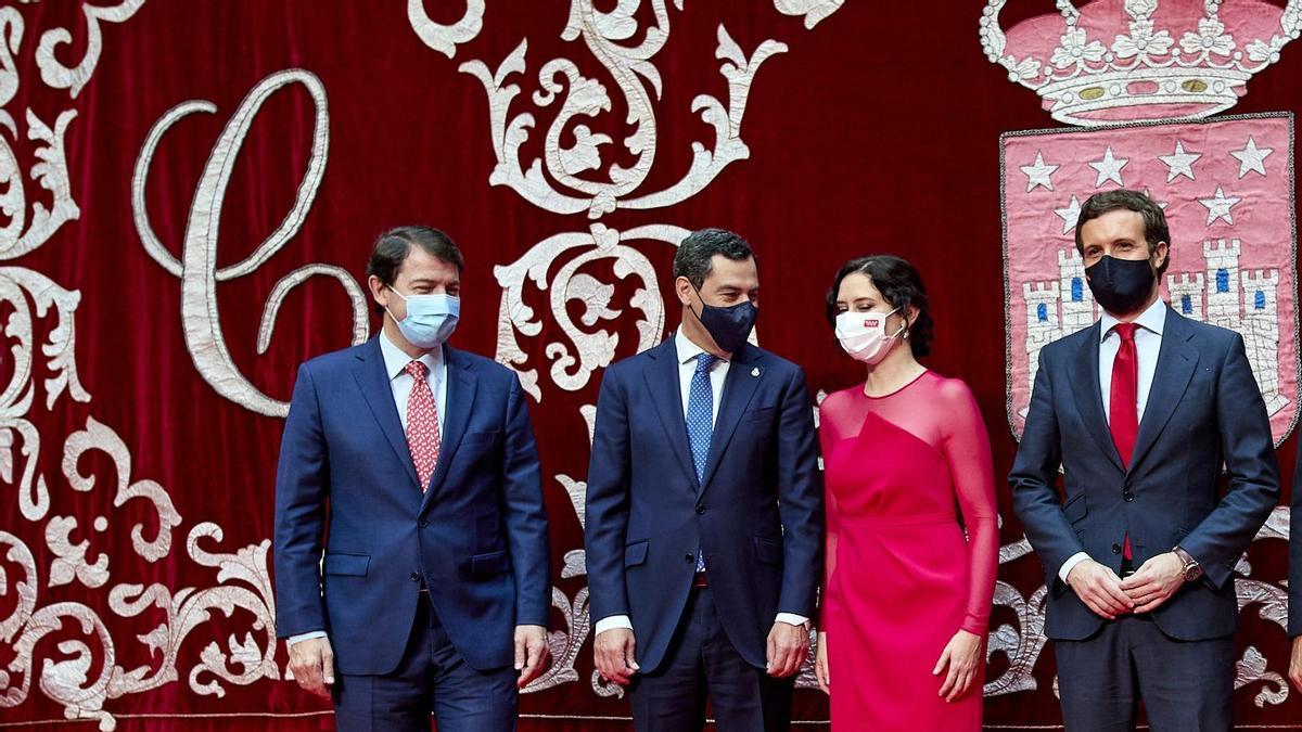 El presidente de Castilla y León, Alfonso Fernández Mañueco, y el de Andalucía, Juanma Moreno, junto al presidente del PP, Pablo Casado, en la toma de posesión de la presidenta de la Comunidad de Madrid, Isabel DíazAyuso.