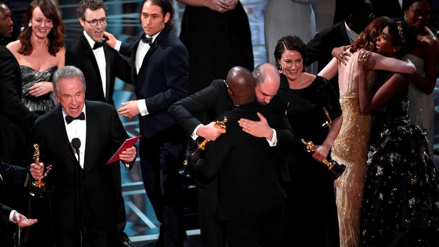 El productor de La La Land abraza al director de Moonlight y le da su Oscar
