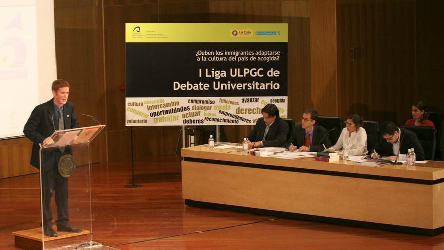 En la mesa, Miguel Montero, Consejero de Educación y Juventuddel Cabildo de Gran Canaria(2º izq.) e Isabel Mena, Viceconsejera de Políticas Sociales e Inmigracióndel Gobierno de Canarias(3ª izq).