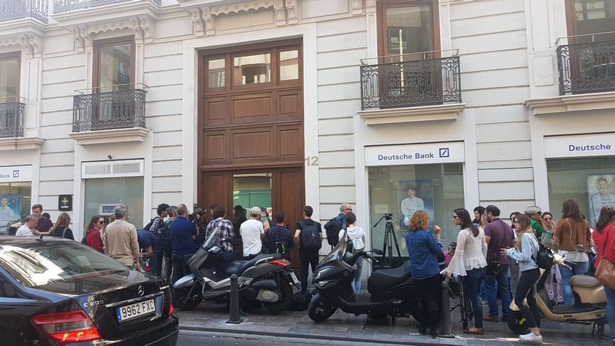Periodistas reunidos a las puertas del domicilio de Eduardo Zaplana en Valencia tras su detención.