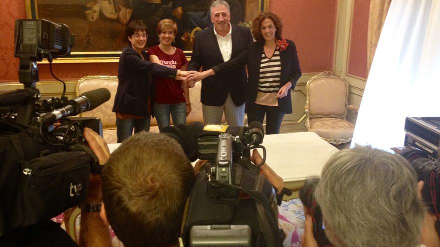 Representantes de las cuatro fuerzas del cambio, tras firmar el acuerdo programático.