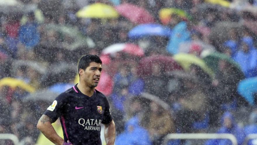 La lluvia fue protagonista en Riazor.