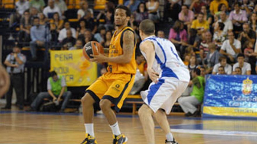 El base amarillo Taurean Green protege el balón ante la oposición defensiva de Thomas Heurtel. (ACFI PRESS)
