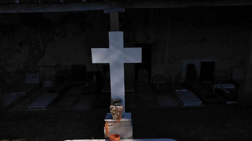 Monumento funerario enclavado en el cementerio de San Esteban de Reinosa que recuerda a los 19 guardias civiles muertos el 21 de julio de 1936.   DESMEMORIADOS