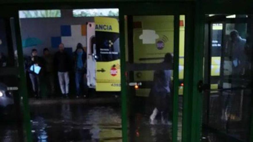 El acceso al área de Urgencias del hospital de la Candelaria, en Santa Cruz, inundado