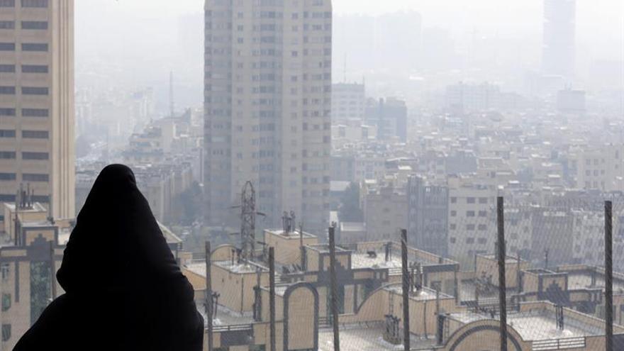 La densa contaminación de Teherán lleva al cierre de escuelas y guarderías