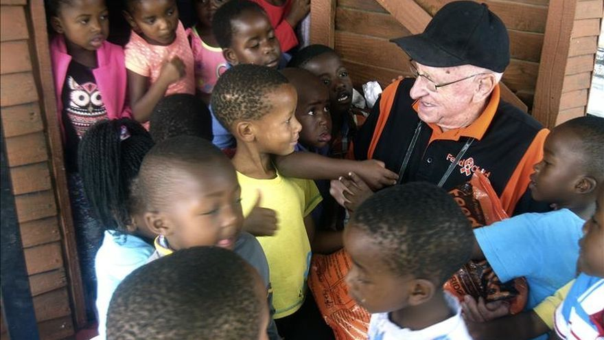 """El ministro de la Policía del """"apartheid"""" reparte comida entre los negros pobres"""