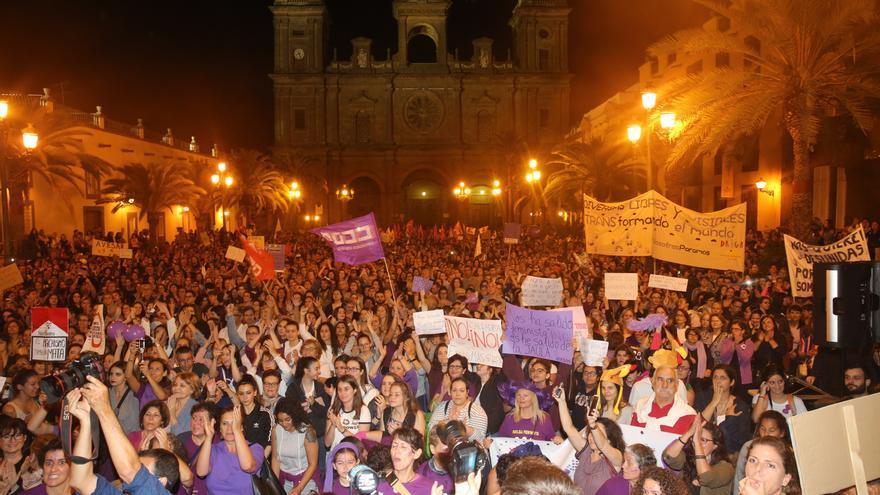 La plaza de Santa Ana abarrotada al final de la manifestación feminista.