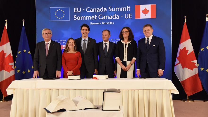 El presidente de la Comisión Europea, Jean Claude Juncker, el presidente de Canadá, Justin Trudeau, el presidente del Consejo Europeo, Donald Tusk, la comisaria de Comercio en la Comisión Europea, Cecilia Malmström y el primer ministro de Eslovaquia, Robert Fico, tras la firma del acuerdo CETA.