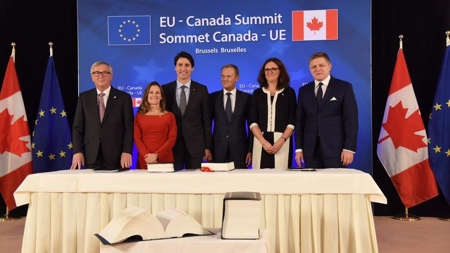 Jean Claude Juncker, Justin Trudeau, Donald Tusk, Cecilia Malmström y Robert Fico, tras la firma del acuerdo