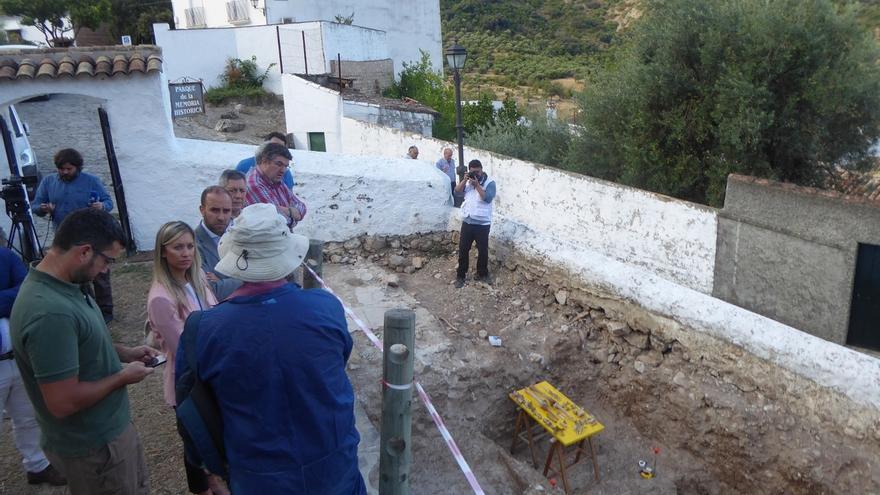 La exhumación de las fosas de Benamahoma saca a la luz los restos de 67 personas