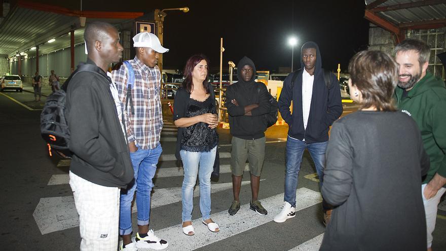 Miembros de Irungo Harrera Sarea, atendiendo a los migrantes llegados de Bilbao por la noche
